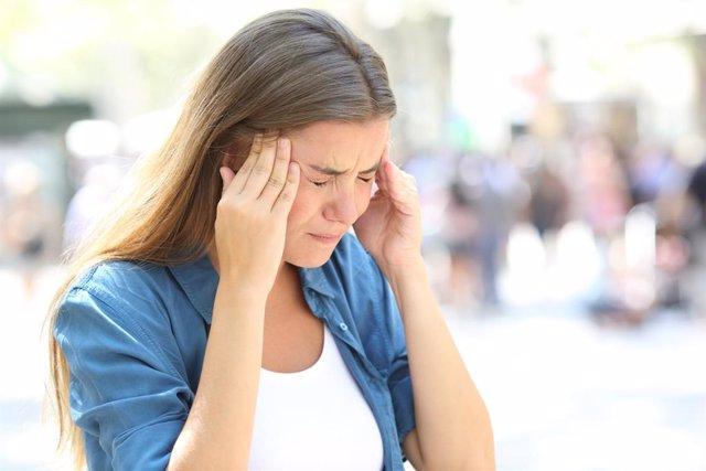 Archivo - Cefalea, migraña, dolor de cabeza.