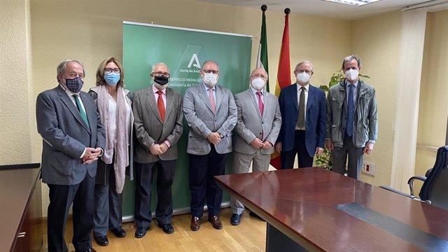El SAS y el CACM firman un convenio para impulsar la participación de médicos voluntarios de la vacunación