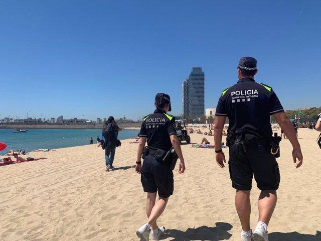 Archivo - Agentes de la Guardia Urbana en la playa de Barcelona en una imagen de archivo
