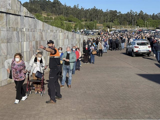 Una larga fila de personas se aglomera en la vacunación masiva de Santiago de Compostela a 6 de abril de 2021. La vacunación masiva programada para la tarde de este martes en Santiago sufre retrasos y se han producido colas y aglomeraciones a las puertas