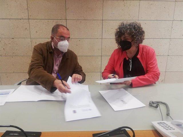 En la imagen, el alcalde y la rectora, firmando