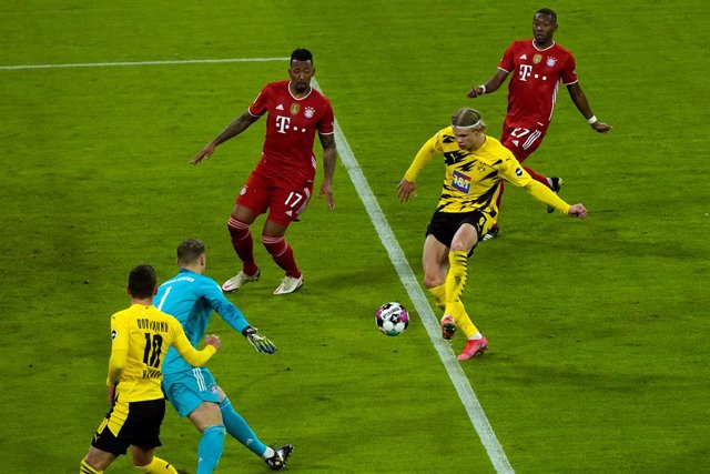 Archivo - 06 March 2021, Bavaria, Munich: Dortmund's Erling Haaland scores his side's second goal during the German Bundesliga soccer match between FC Bayern Munich and Borussia Dortmund at Allianz Arena. Photo: Günther Schiffmann/AFP-POOL/dpa - IMPORTANT