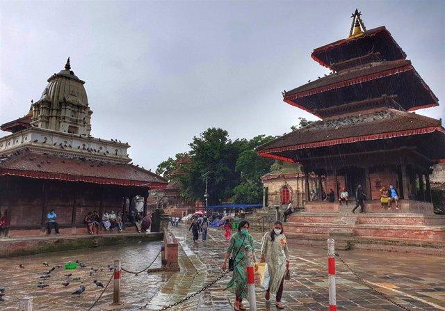 Archivo - Personas con mascarilla por el coronavirus en Katmandú, Nepal