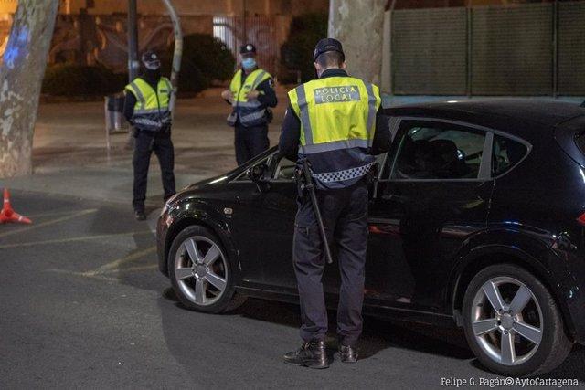 Archivo - Cvirus.- Saltarse el toque de queda motiva el mayor número de denuncias durante el fin de semana en Cartagena