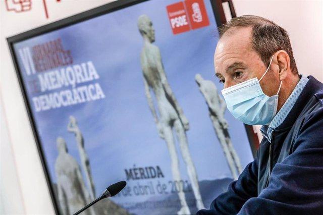 El secretario general de Memoria Democrática del PSOE de Extremadura, Fernando Ayala, en rueda de prensa