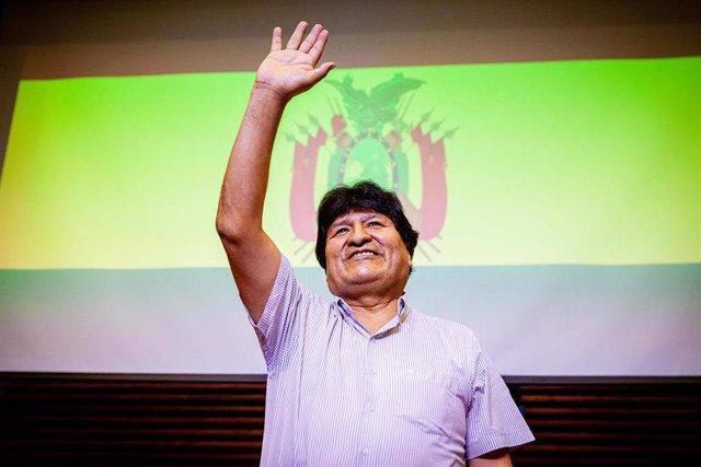 Archivo - Evo Morales se despide de Argentina