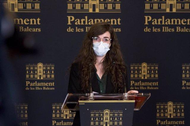 La portavoz adjunta de Unidas Podemos en el Parlament, Esperança Sans, en una rueda de prensa (imagen de archivo).