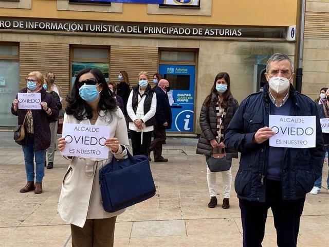 La portavoz de Vox en el Ayuntamiento de Oviedo, Cristina, Coto, en la concentración de las asociaciones vecinales en Defensa de los espacios públicos de la ciudad.