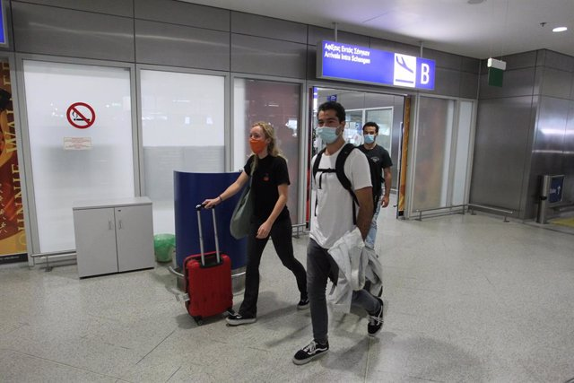 Archivo - 15 June 2020, Greece, Athens: Passengers walk through the gates of the Eleftherios Venizelos International Airport in Athens as Greece has officially resumed its inbound flights while passengers will not face compulsory COVID-19 tests. Photo: Ar