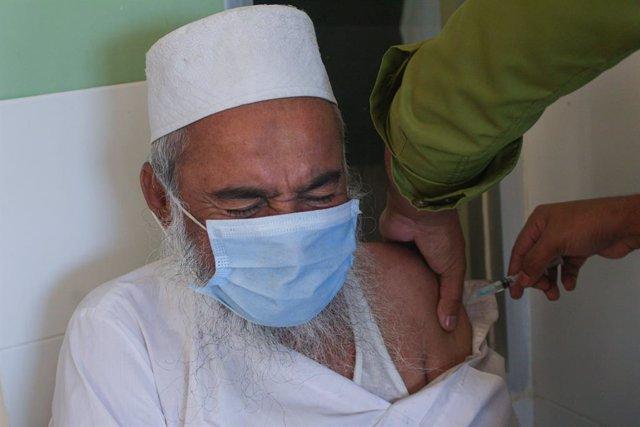 Un hombre se vacuna en Bangladesh.