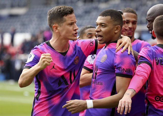 Ander Herrera, Kylian Mbappe of PSG celebrate with teammates the winning goal of Mauro Icardi during the French championship Ligue 1 football match between Paris Saint-Germain (PSG) and AS Saint-Etienne (ASSE) on April 18, 2021 at Parc des Princes stadium