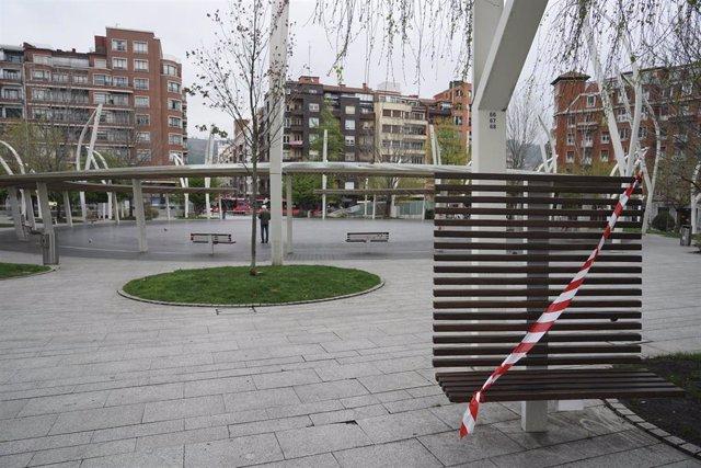 Archivo - Un banco precintado en una calle de Bilbao