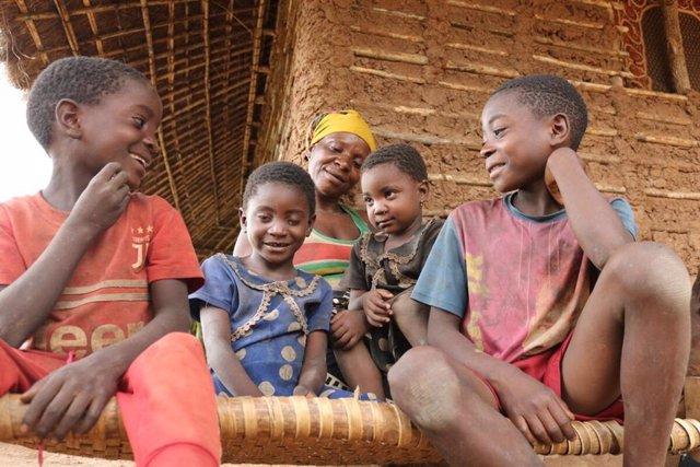 Una madre con sus cuatro hijos, tras el paso del ciclón Kenneth por Mozambique en 2019.