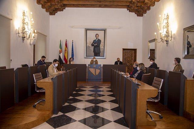 Reunión del equipo de Gobierno de la Diputación de Cáceres en la que se ha decidido retomar y actualizar el plan de lucha contra la exclusión financiera en los municipios