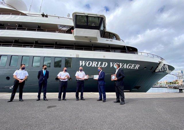 Representantes de la Autoridad Portuaria de Las Palmas entregan la metopa al crucero de lujo World Voyager
