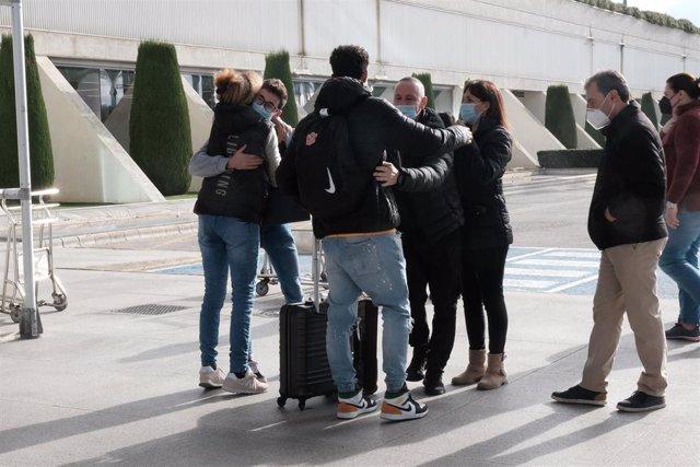 Archivo - Un hombre en el aeropuerto de Palma.