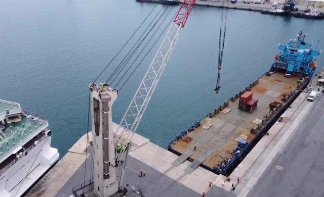 Nueva grua en el puerto de Almería