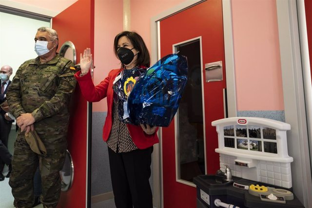 La ministra de Defensa, Margarita Robles, recibe un regalo durante su visita al centro de educación infantil de la Base San Jorge del Ejército de Tierra, en Zaragoza.