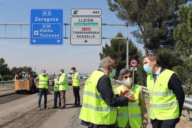 El jefe de la unidad de carreteras del Estado en Lleida, Juan Antonio Romero, junto a Teresa Cunillera y José Crespín.