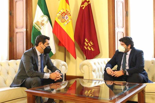 Los presidentes de Andalucía, Juanma Moreno (I), y Murcia, Fernando López Miras (d), antes de firmar  la Declaración Institucional en Defensa del Trasvase Tajo-Segura. Almería a 19 de abril 2021