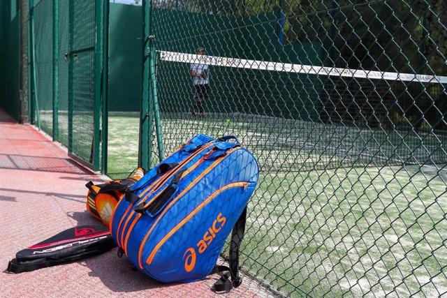 Archivo - Bolsa con raquetas de pádel de dos hombres que están jugando.
