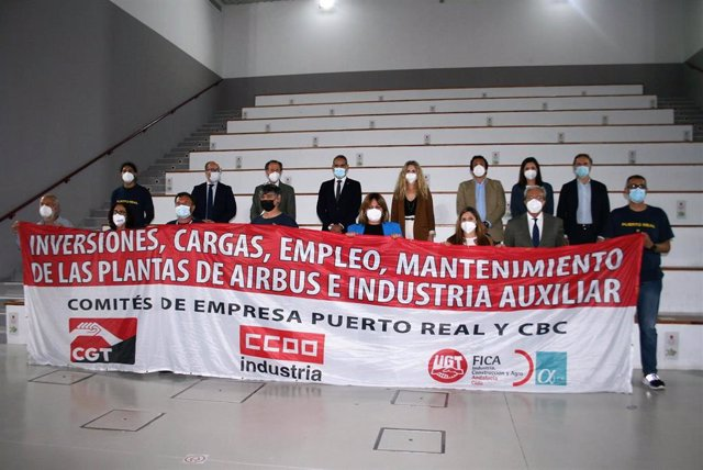 Alcaldes de la Bahía, presidenta de Diputación el consejero Rogelio Velasco con la pancarta contra el cierre de Airbus de Puerto Real