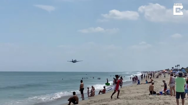 Filman el sorprendente aterrizaje de emergencia de un avión de la Segunda Guerra Mundial en una playa llena de bañistas