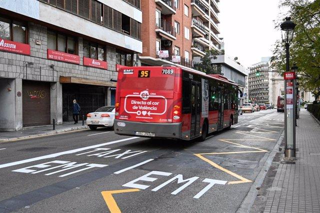 Archivo - Arxiu - Imatge d'un autobús de l'EMT circulant per València.