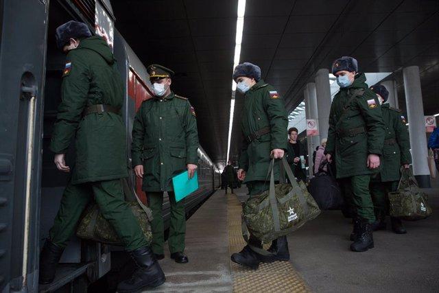 Archivo - Reclutas del Ejército ruso subiendo a tren en San Petersburgo