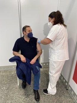 El ministro Ábalos recibe la primera dosis en València