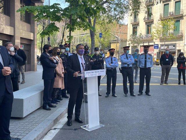 Arxiu - El conseller d'Interior, Miquel Sàmper, en la inauguració de la nova comissaria dels Mossos d'Esquadra i la Guàrdia Urbana a Barcelona.