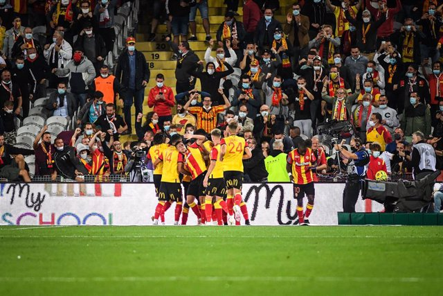 Archivo - Ignatius Ganago of Lens celebrate his goal with teammates and the supporters during the French championship Ligue 1 football match between RC Lens and Paris Saint-Germain on September 10, 2020 at Bollaert stadium in Lens, France - Photo Matthieu