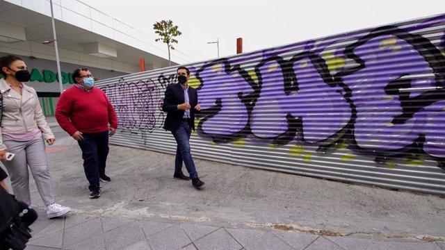 El portavoz del PSOE en el Ayuntamiento de Granada, Francisco Cuenca, en la zona de la Ribera del Beiro.