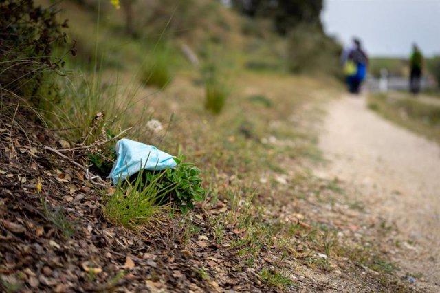Proyecto Libera, de Ecoembes y Seo/BirdLife y Fundación Reina Sofía piden a los ciudadanos responsabilidad al gestionar sus guantes y mascarillas.