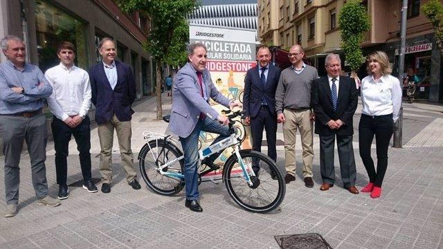 Archivo - Alfonso Gil durante de bicicletada popular