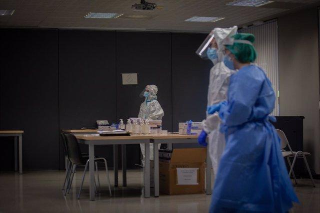 Archivo - Arxiu - Professionals sanitaris en un dispositiu de cribratge massiu.