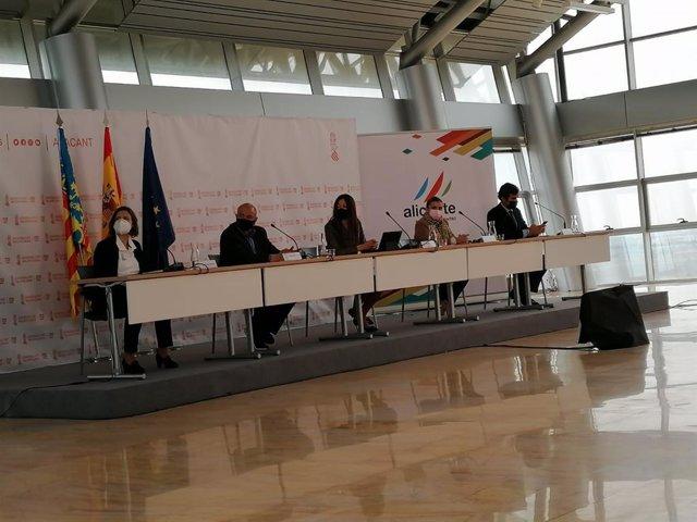 La consellera de Innovación, Universidades, Ciencia y Sociedad Digital, Carolina Pascual, en el centro de la mesa en rueda de prensa de la próxima escala de la competición The Ocean Race Europe