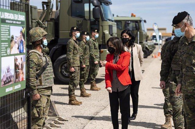 La ministra de Defensa, Margarita Robles, durante su visita a la Brigada 'Aragón I', en Zaragoza.