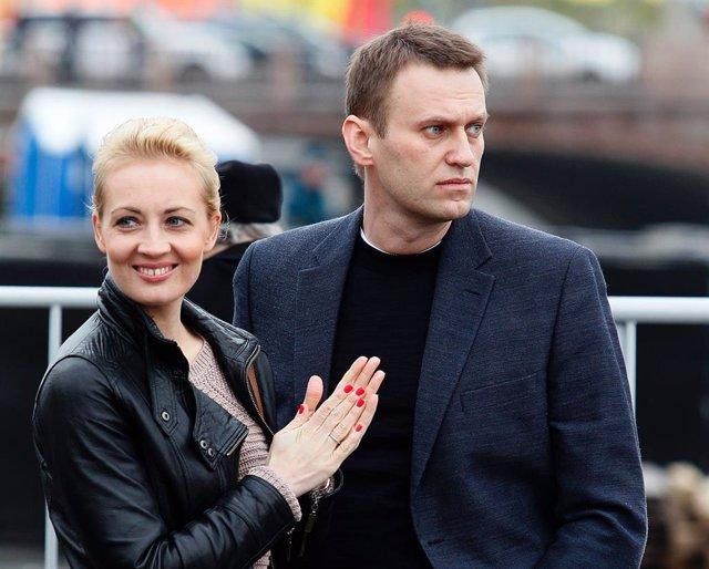 Archivo - Alexei Navalni con su mujer, Julia, en un acto en Rusia