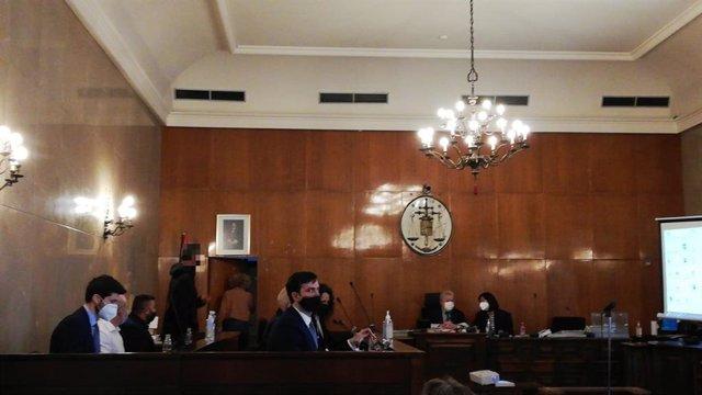 Los acusados del juicio por homicidio y encubrimiento en la Audiencia Provincial, junto a sus abogados y el intérprete, en la sala de vistas este lunes.