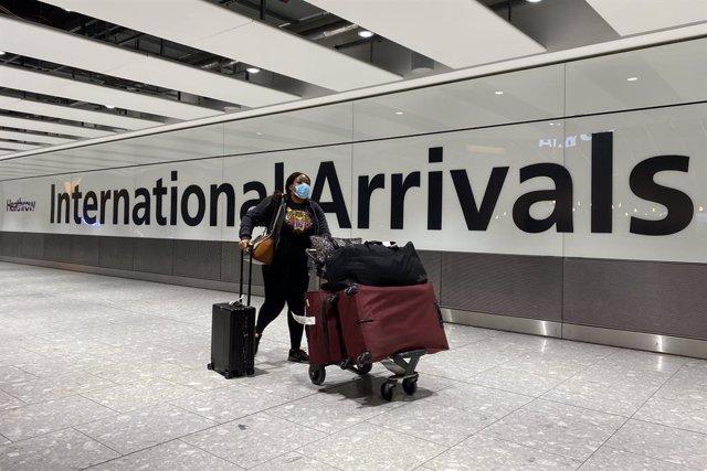 Archivo - Viajera en el Aeropuerto de Heathrow, en la capital de Reino Unido, Londres, durante la pandemia de COVID-19.