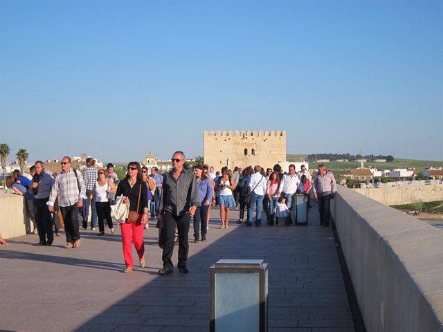 Archivo - Turistas en el Puente Romano de Córdoba, en una imagen de archivo.