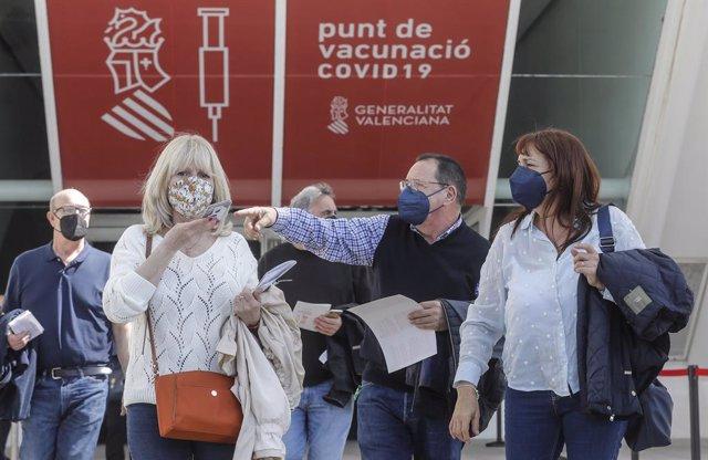 Diverses persones arriben per a ser vacunats en el primer dia de la vacunació massiva a la Comunitat Valenciana, a 19 d'abril de 2021, en la Ciutat de les Arts i els Ciències, València, Comunitat Valenciana, (Espanya).