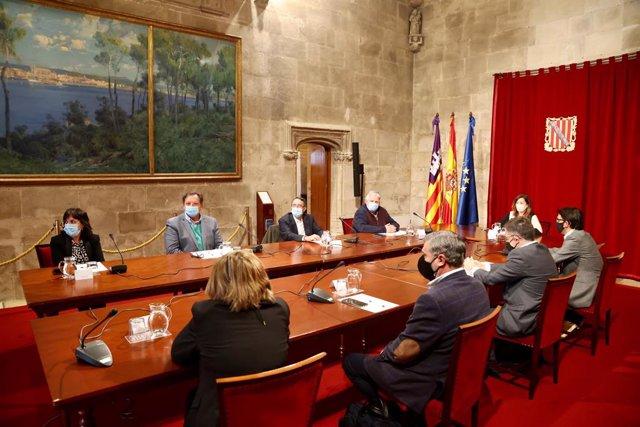 La presidenta del Govern, Francina Armengol, y el conseller de Modelo Económico, Turismo y Trabajo, Iago Negueruela, durante una reunión con los representantes de las agencias de viajes, de las empresas de alquiler de vehículos y de los transportistas.