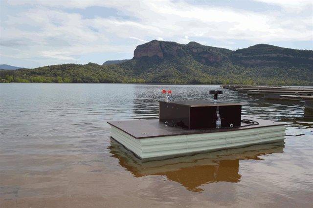 Plataforma de medida automática de la calidad del agua en el embalse de Sau (Vilanova de Sau, Barcelona). Entre otras variables, la plataforma hace seguimiento de la estratificación y el déficit de oxígeno en el agua.