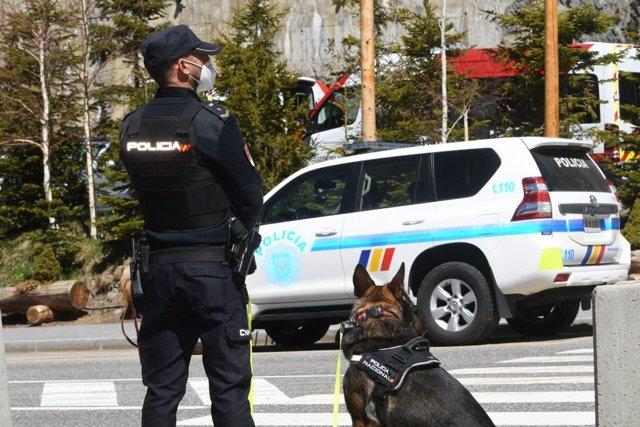 Un policía con su perro en el dispositivo de seguridad por la Cumbre Iberoamericana en Andorra