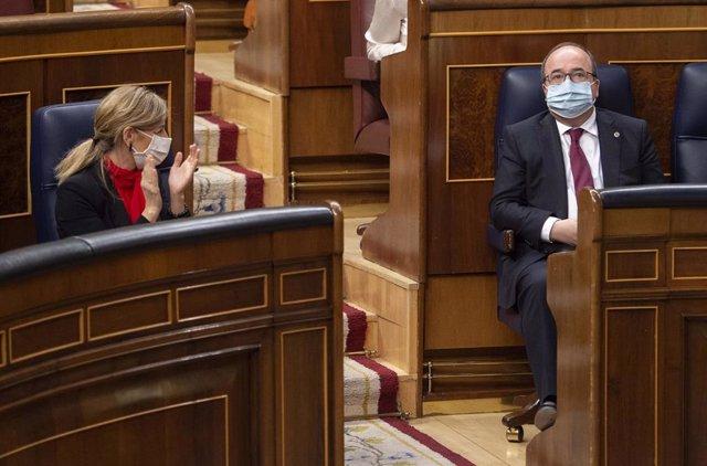 La ministra de Trabajo y Economía Social, Yolanda Díaz, aplaude al lado del ministro de Política Territorial y Función Pública, Miquel Iceta, durante una sesión plenaria en el Congreso de los Diputados, Madrid, (España), a 24 de marzo de 2021. Este pleno,