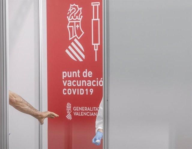 Cartell que indica el punt de vacunació en el primer dia de la vacunació massiva a la Comunitat Valenciana, a 19 d'abril de 2021, en la Ciutat dels Arts i els Ciències, València, Comunitat Valenciana,