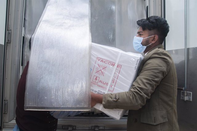 Archivo - 31 January 2021, Bangladesh, Sylhet: Workers at Sylhet Civil Surgeon's Office unload refrigerated van that carries Oxford-Astrazeneca coronavirus (COVID-19) vaccines which arrived through Serum Institute of India. Photo: Md Rafayat Haque Khan/ZU