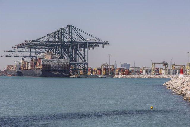 El portacontenedores MSC Le Havre horas después de su llegada al puerto, a 6 de abril de 2021, en Valencia, Comunidad Valenciana (España), a 6 de abril de 2021. Este es el primer barco que ha llegado al puerto de València este martes procedente del canal